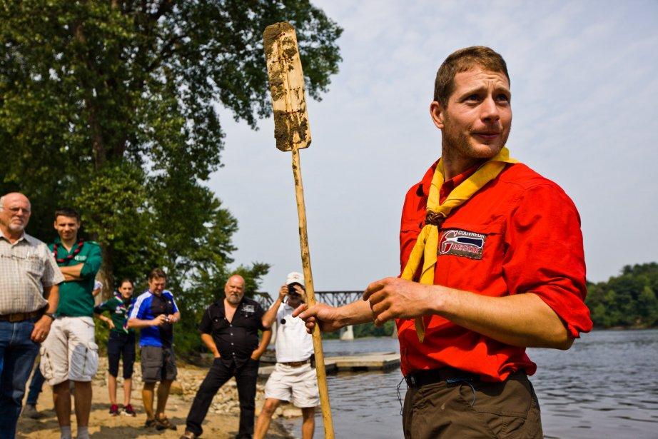 Une soixantaine de personnes étaient réunies pour l'accueillir. On le voit ici avec sa pagaie en épinette kevlar qu'il a confectionnée lui-même pendant son périple. | 17 août 2012