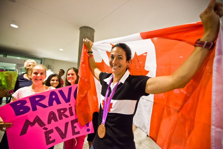 Un comité d'accueil attendait à l'aéroport la médaillée de bronze en soccer. | 17 août 2012