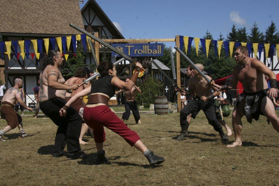 Armés chacun d'une épée constituée de mousse et... (Photo fournie par Bicolline)