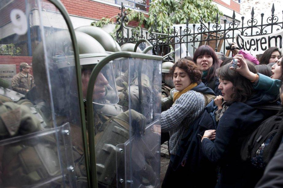 Des lycéens affrontent la police qui tentent de... (Photo Claudio Santana, AFP)