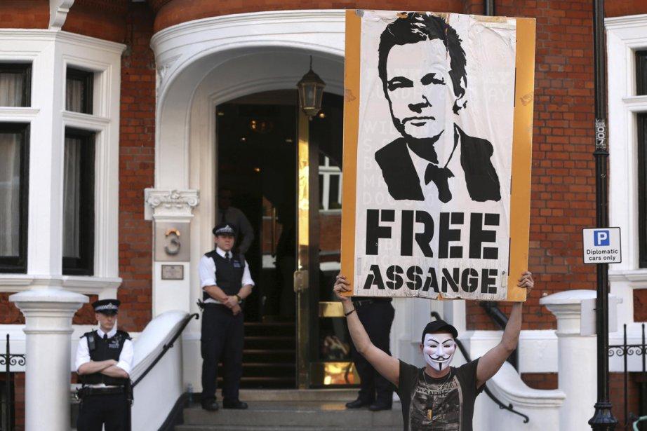 Un manifestant portant un masque de Guy Fawkes... (Photo Neil Hall, Reuters)