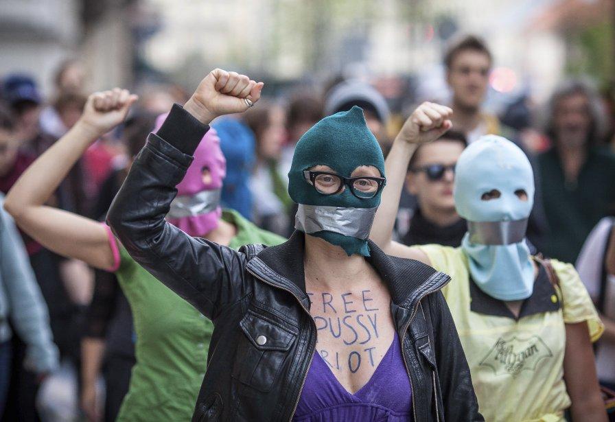 Des manifestants défilent en soutien aux chanteuses du... (AFP)