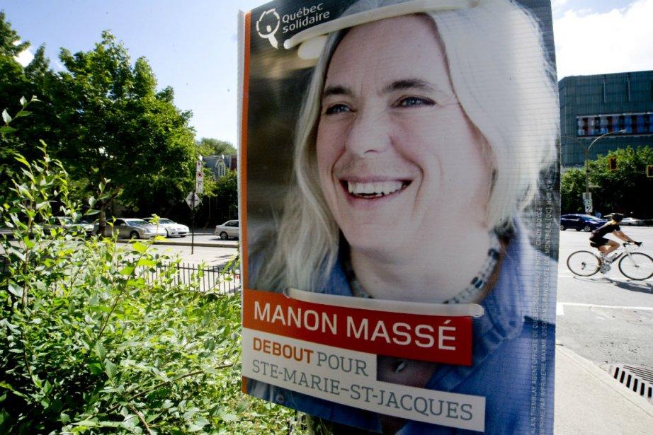 Une affiche électorale de Manon Massé, qui se... (Photo Paul Chiasson, La Presse Canadienne)