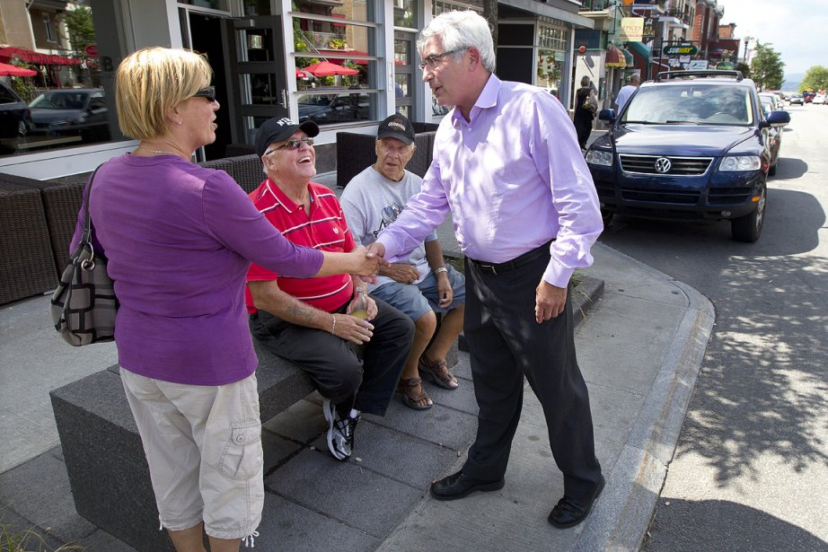 Clément Gignac, le candidat libéral, salue les gens...
