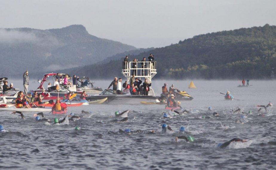 Peu après 7h00, la brume s'est dissipée au dessus du Lac Tremblant alors que les participants entamaient le segment natation. | 19 août 2012