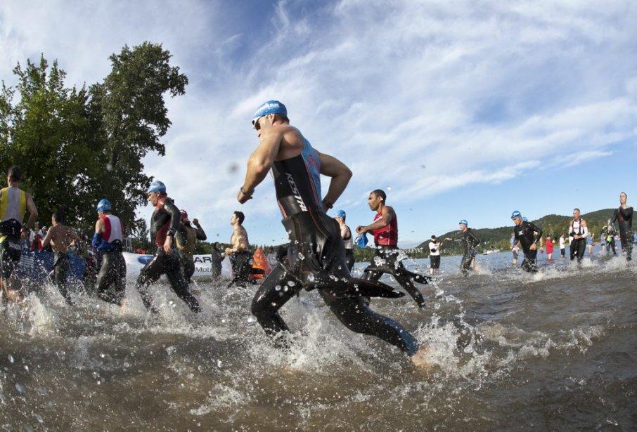 Les participants ont nagé 3,8 km dans le lac Tremblant durant la première partie médiane du triathlon. | 19 août 2012