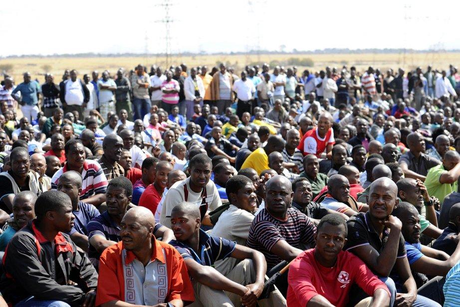 Manifestation devant le site Lonmin à Marikana, en... (PHOTO STÉPHANE DE SAKUTIN, AFP)