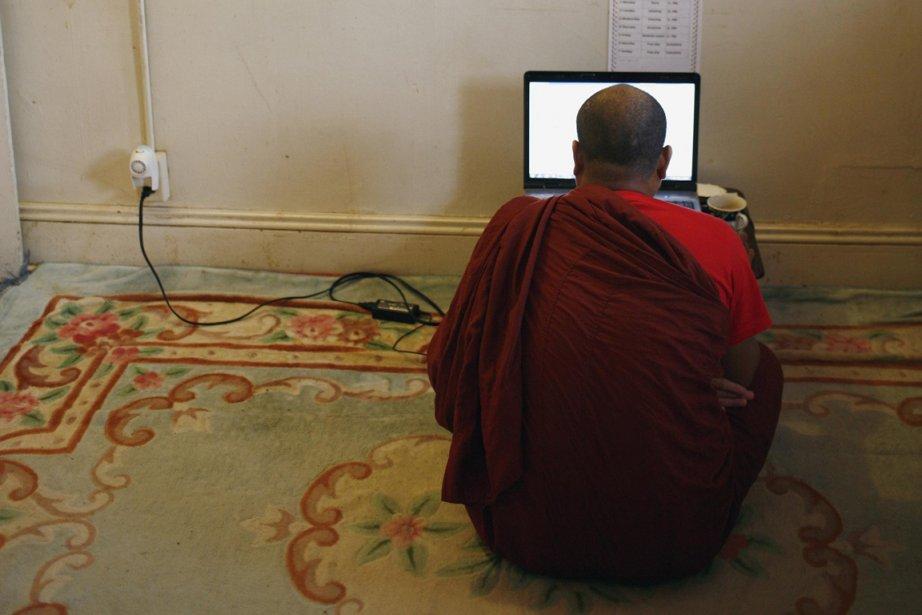 Un moine birman devant son ordinateur.... (Photo Reuters)