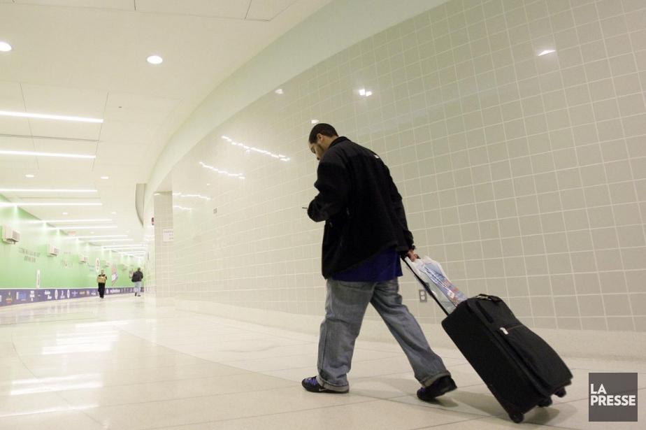 Un homme transporte sa valise à l'aéroport de... (Photothèque La Presse)