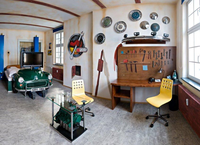 V8 Hotel (Stuttgart, Allemagne) Incapable de vous séparer de votre voiture? L'hôtel V8 propose à ses clients de dormir dans un décor qui rappelle tout ce qui entoure le domaine de l'automobile. | 22 août 2012