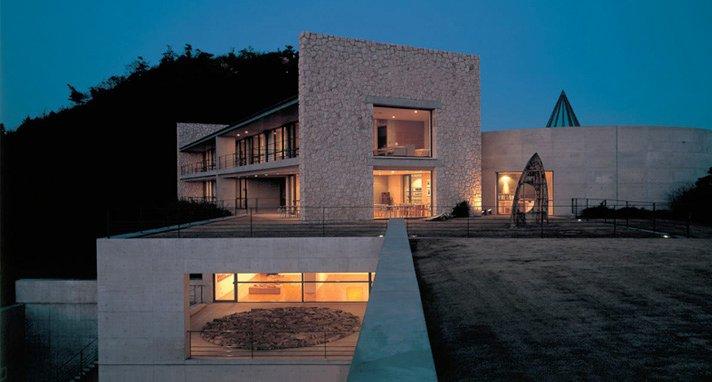 Benesse House (Kagawa, Japon) Les amateurs d'art seront conquis par cet hôtel japonais intégré à même un musée d'art contemporain. Qu'elles aient la vue sur l?eau, sur le musée ou sur un parc, les chambres sont magnifiques. | 22 août 2012