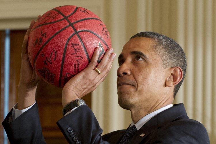Barack Obama est un grand amateur de basketball.... (Photo: AFP)