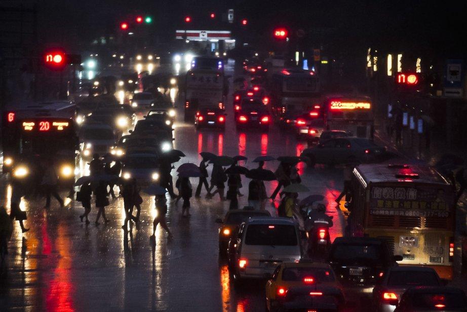 Forte pluie à Taipei à l'approche du typhon... (PHOTO YI-TING CHUNG, REUTERS)