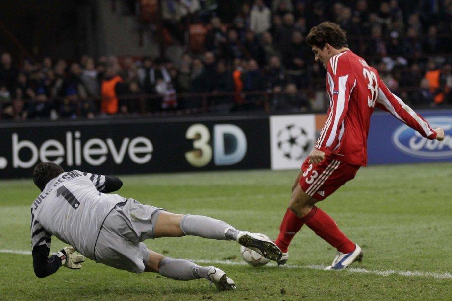 Julio Cesar face à Mario Gomez.... (Photo: Luca Bruno, AP)