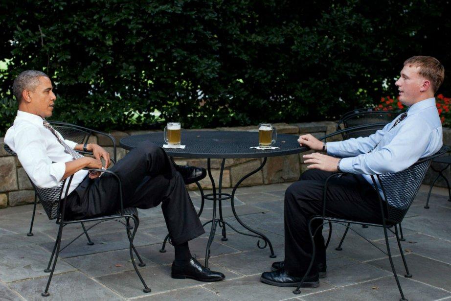 Le président Barack Obama déguste une bière avec... (PHOTO REUTERS)