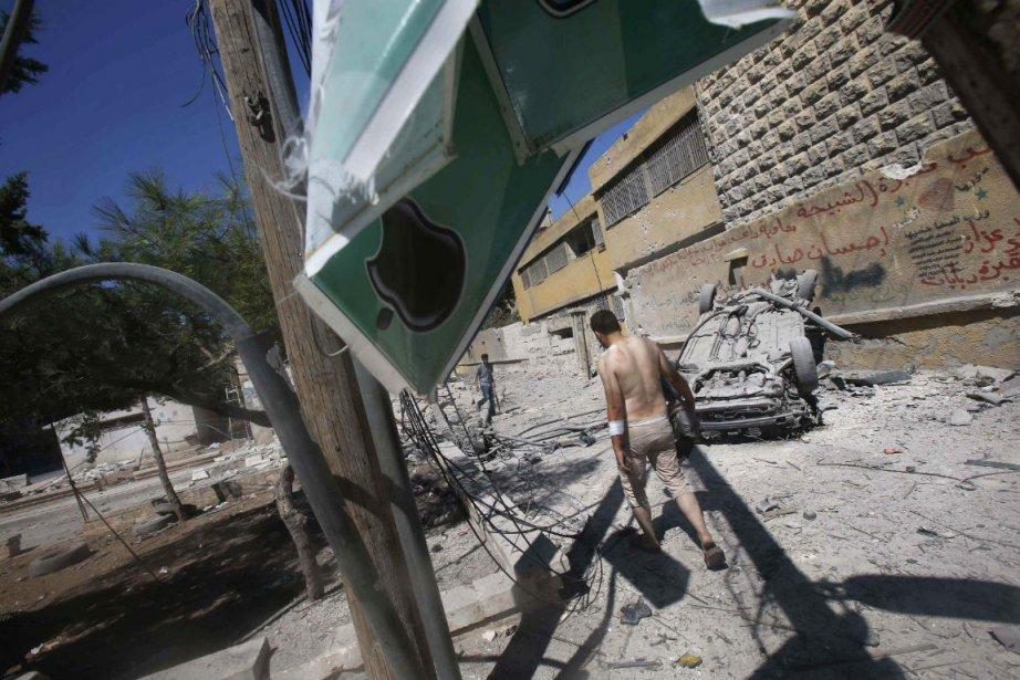 Un rebelle syrien marche dans une zone attaquée... (Photo Youssef Boudlal, Reuters)