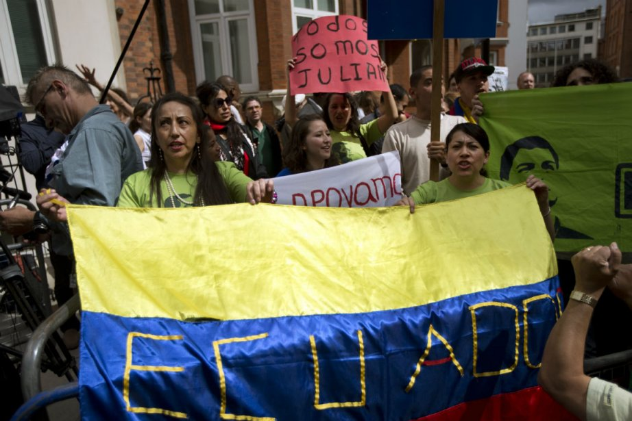 Des manifestants à l'ambassade de l'Équateur à Londres,... (PHOTO AP)