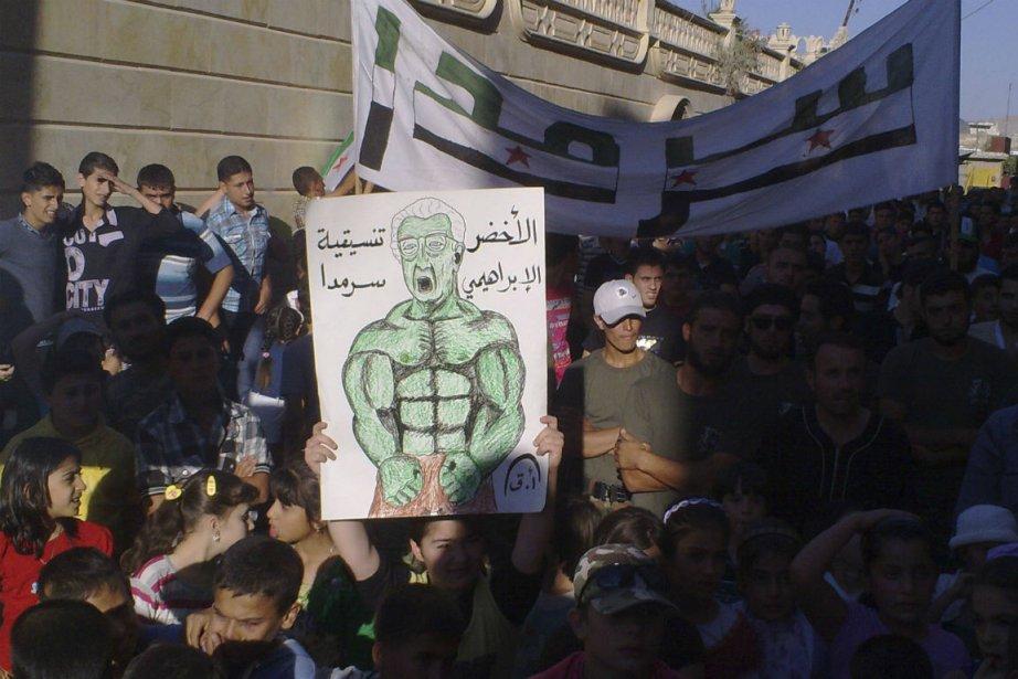 Des manifestants opposés au président Al-Assad tiennent une... (PHOTO REUTERS)