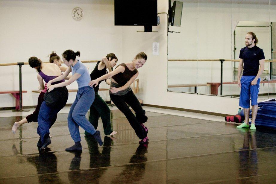 Prenant une pause dans leur... (Photo fournie par les Grands Ballets canadiens)
