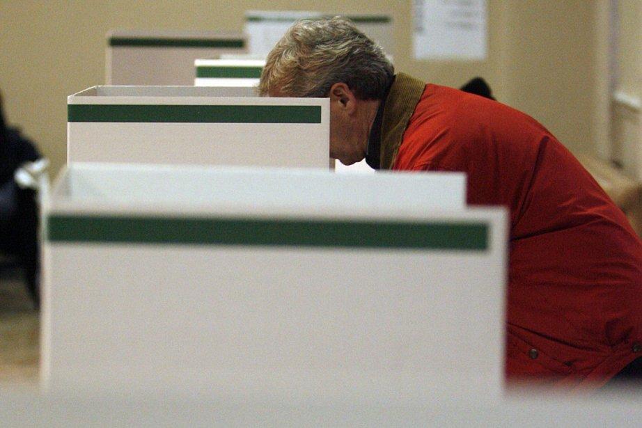 Un citoyen exerce son droit de vote lors... (Photo: François Roy, archives La Presse)