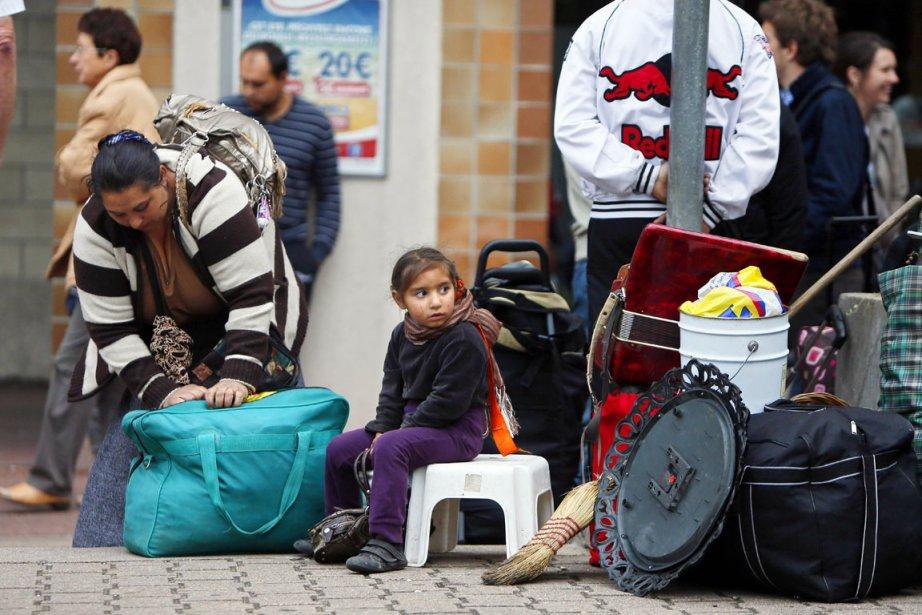 Chargés de valises, sacs plastiques, bassines, poussettes et... (PHOTO KENZO TRIBOUILLARD, AFP)