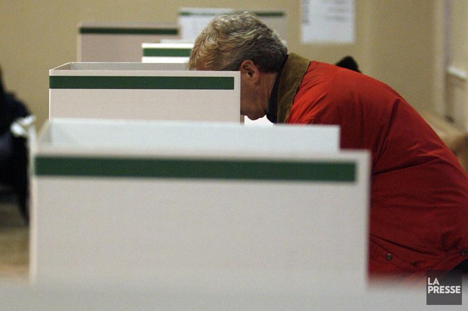 Un citoyen exerce son droit de vote, lors... (Photo: François Roy, archives La Presse)