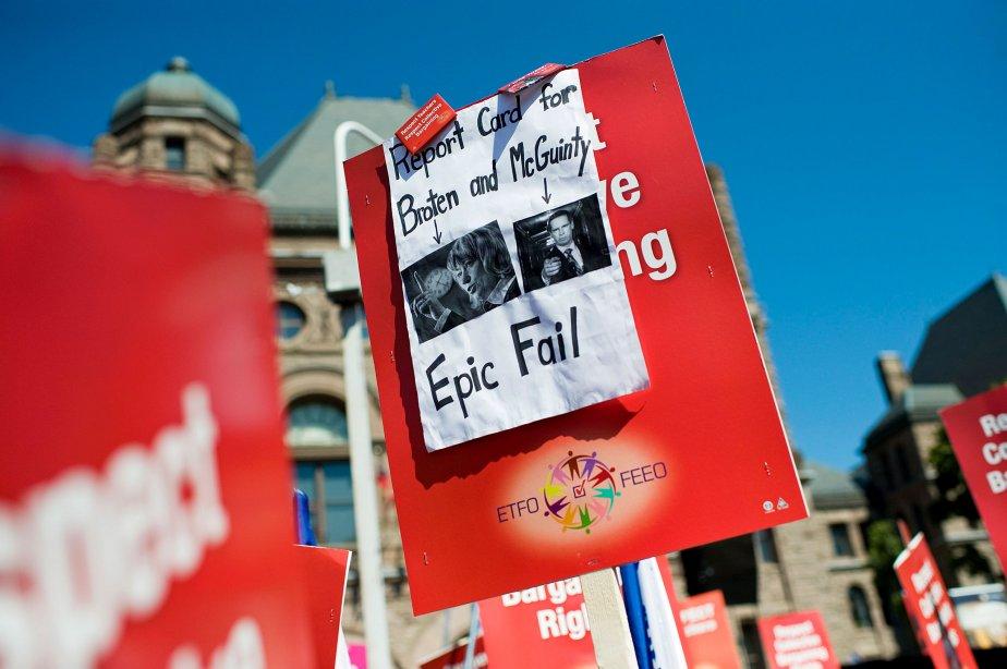 Des milliers d'enseignants ontariens ont manifesté leur désaccord à Queen's... | 2012-08-28 00:00:00.000