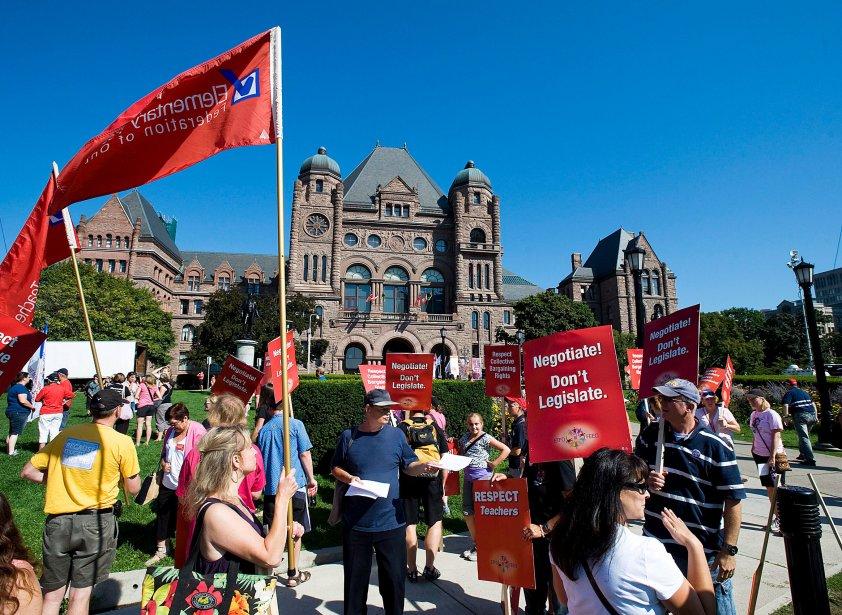 Des milliers d'enseignants ontariens ont manifesté leur désaccord à Queen's Park face au gel de salaire proposé par le gouvernement McGuinty. | 28 août 2012