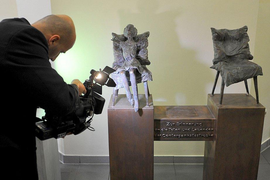 Une petite sculpture de bronze, une fillette sans... (Photo: AFP)