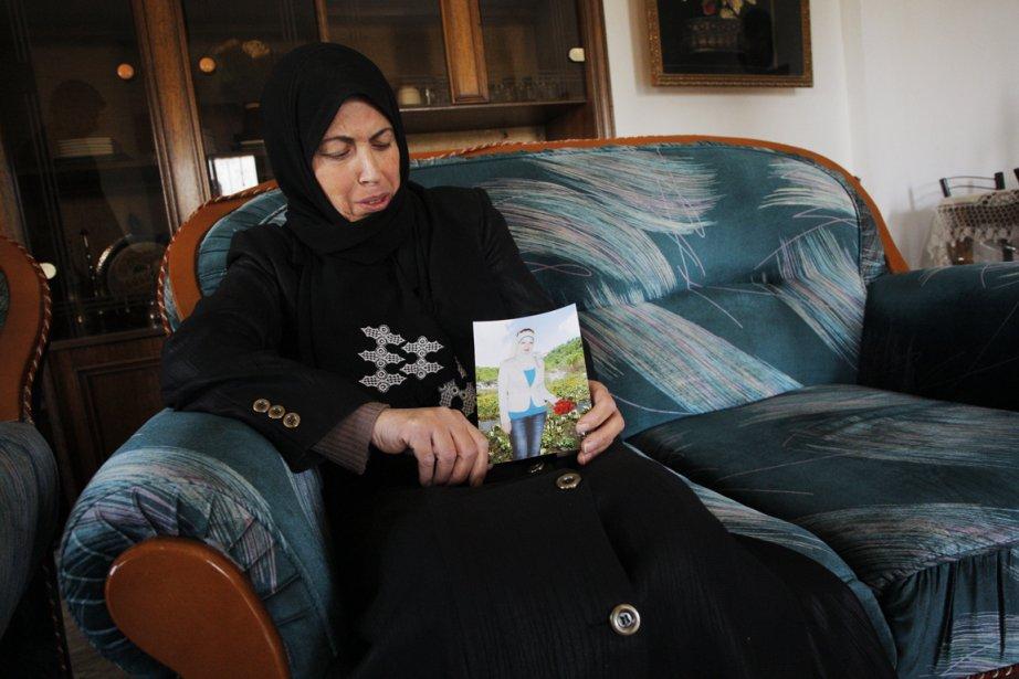Fatma Baradiya, la mère de Haya, tient une... (Photo : Nasser Shiyoukhi, AP)