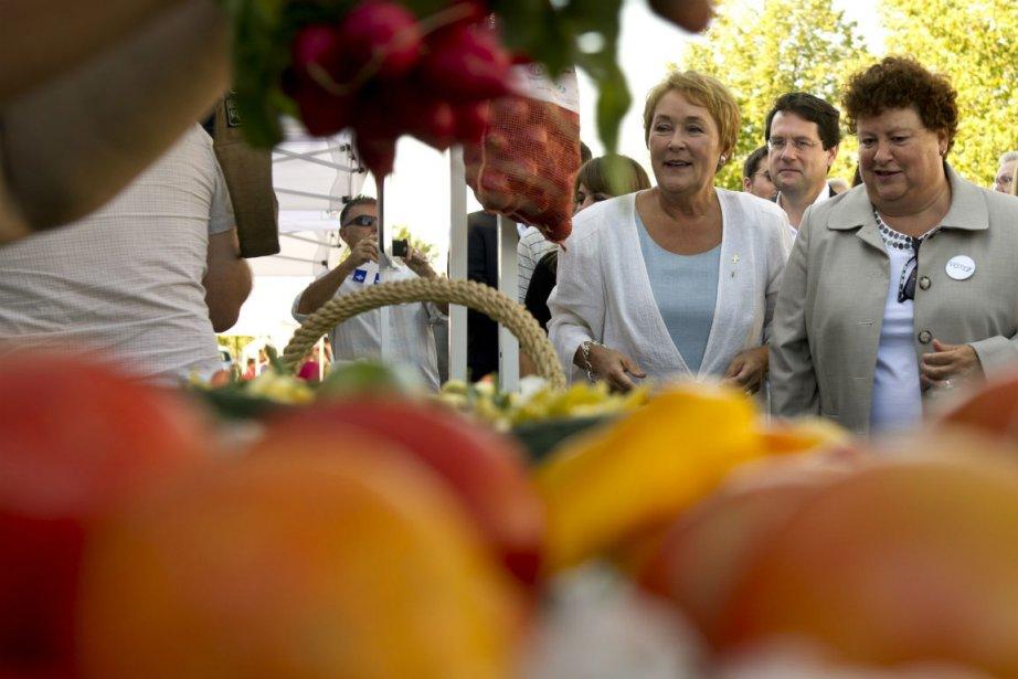 Pauline Marois lors d'une visite à un marché... (Photo Paul Chiasson, La Presse Canadienne)