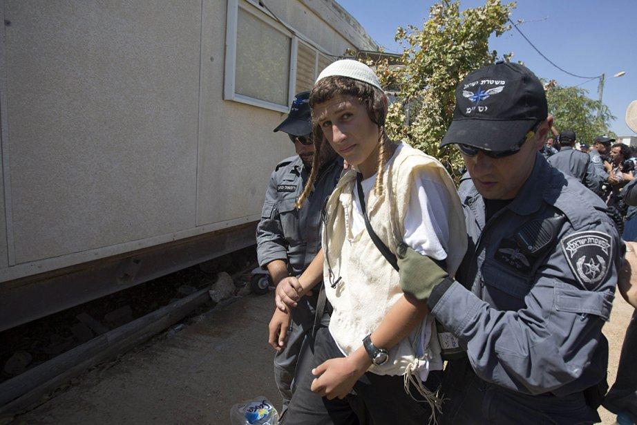 Certains colons qui résistaient passivement ont été évacués... (Photo: AFP)