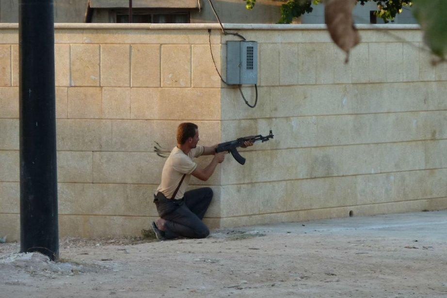 Un rebelle tire sur des forces du régime... (PHOTO AFP)