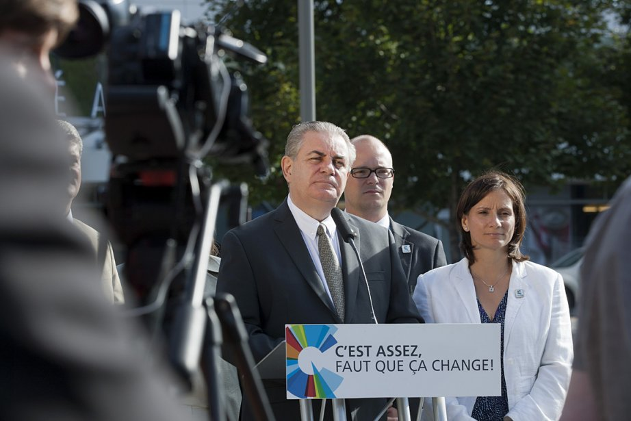 Jacques Duchesneau (au centre), candidat caquiste dans Saint-Jérôme... (Photo: Ninon Pednault, archives La Presse)