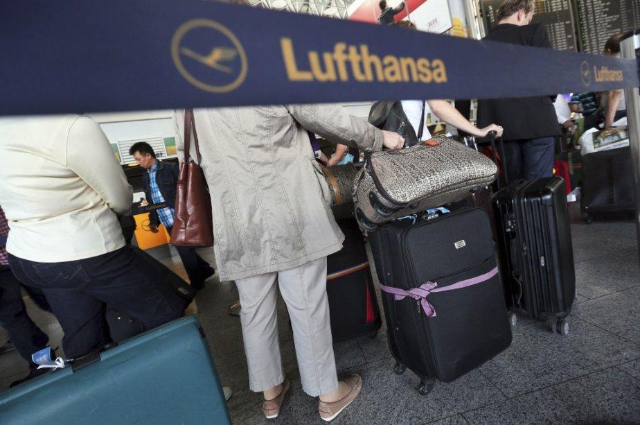 Des passagers de Lufthansa attendent à l'aéroport de... (Photo: AFP)