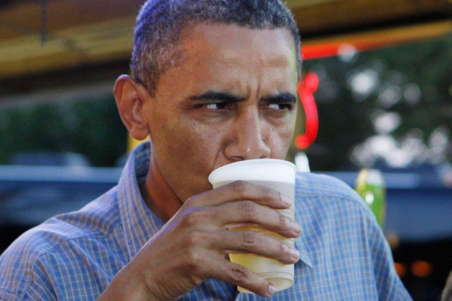 Le président Barack Obama déguste une bière lors... (PHOTO ARCHIVES REUTERS)