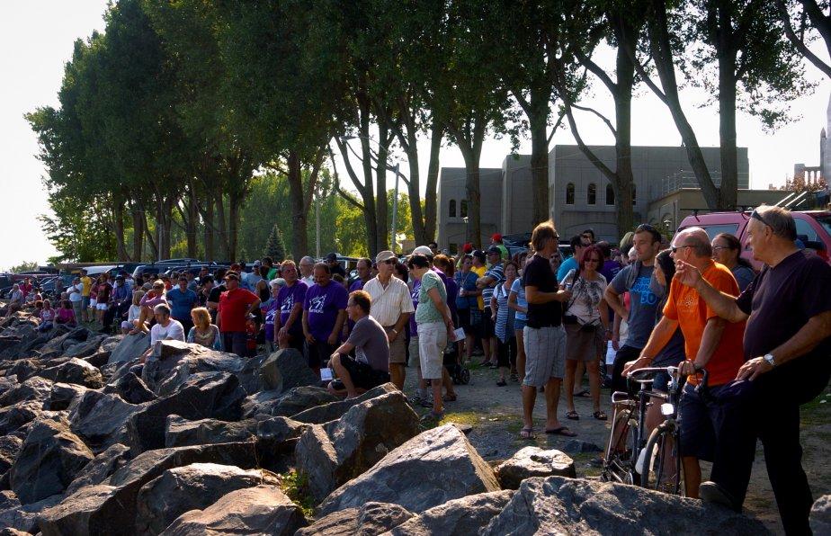La foule était nombreuse au sanctuaire pour assister à l'arrivée des canotiers lundi après-midi, presque trois fois plus qu'à l'île Saint-Quentin l'an passé. | 4 septembre 2012