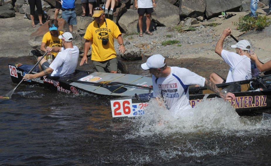 Josh Sheldon et Ryan Halstead (canot #26) ont livré une belle bataille à Lajoie et Triebold dans le portage du barrage de La Gabelle, même qu'ils sont entrés en collision avec l'embarcation de leurs grands rivaux! | 4 septembre 2012