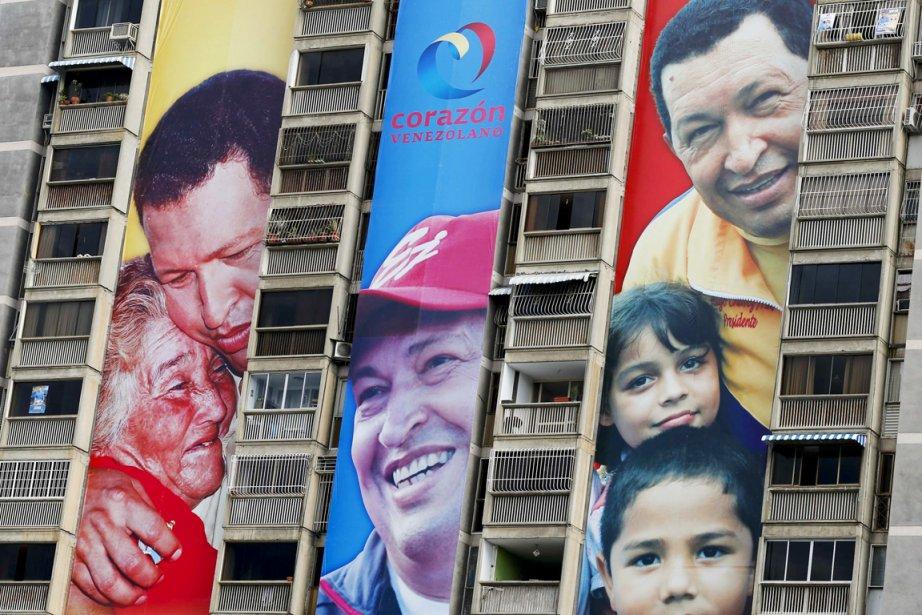 Des affiches électorales géantes mettant en scène un... (PHOTO JORGE SILVA, REUTERS)