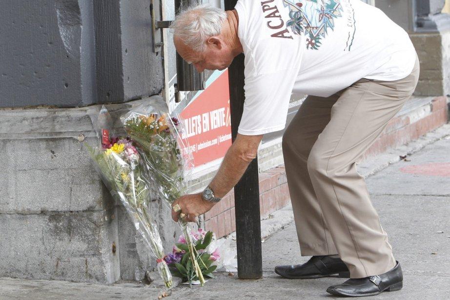 Un passant a déposé des fleurs à la... (Photo Patrick Sanfaçon, La Presse)