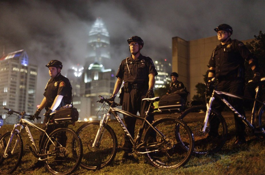 Les policiers de Charlotte attendaient les manifestants de pied ferme. | 5 septembre 2012