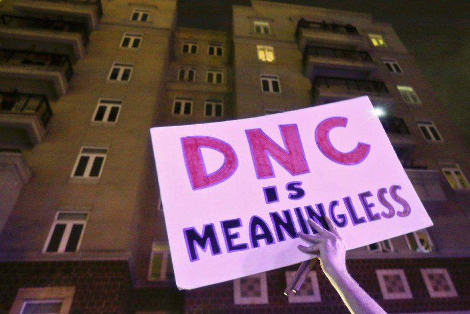 Quelques centaines de manifestants se sont réunis à Charlotte lors de cette première journée de la convention nationale démocrate (DNC, en anglais).  Cet opposant au parti politique brandit une pancarte où l'on peut lire la convention démocrate est dépourvue de sens. | 5 septembre 2012