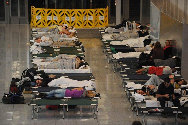Des passagers ont dû passer la nuit sur... (Photo: AFP)