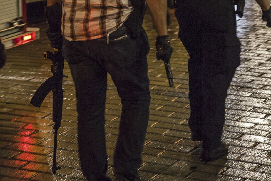Devant deux techniciens de scène qui lui barraient... (Photo AFP)