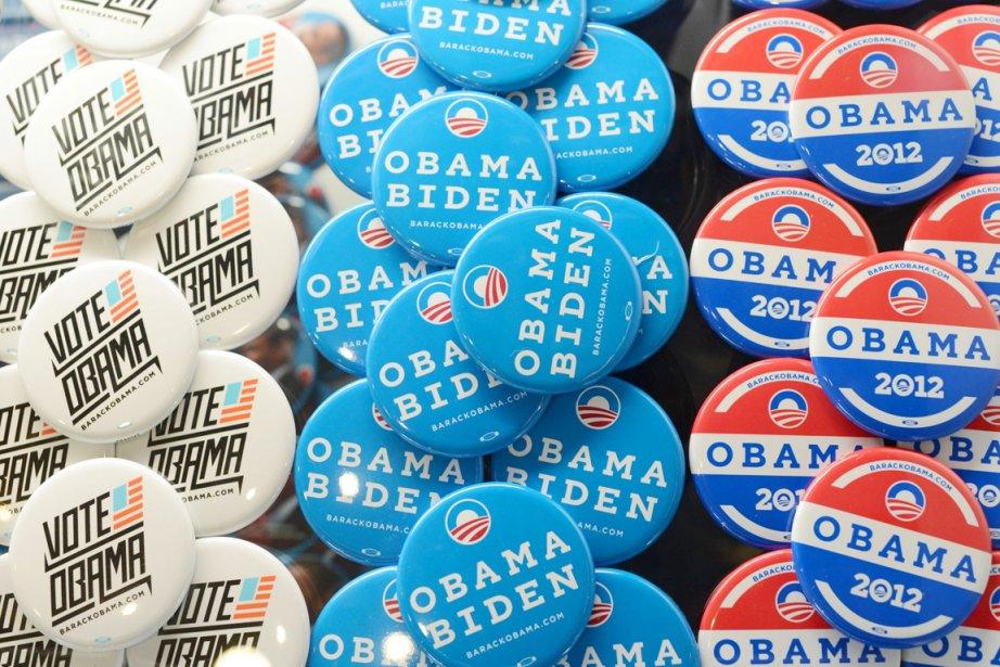 Ces macarons appelant à voter pour le président... (PHOTO ROBYN BECK, AFP)