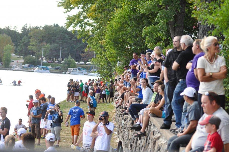 Plusieurs spectateurs attendaient les canotiers à Shawinigan. | 6 septembre 2012