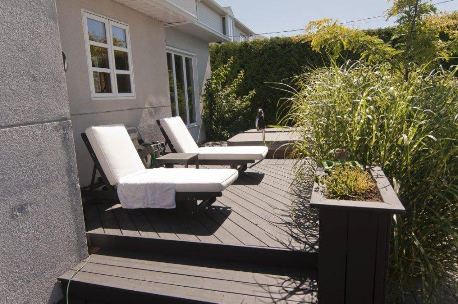Un spa (non inclus) meuble l'extrémité la plus ensoleillée de la terrasse. | 7 septembre 2012
