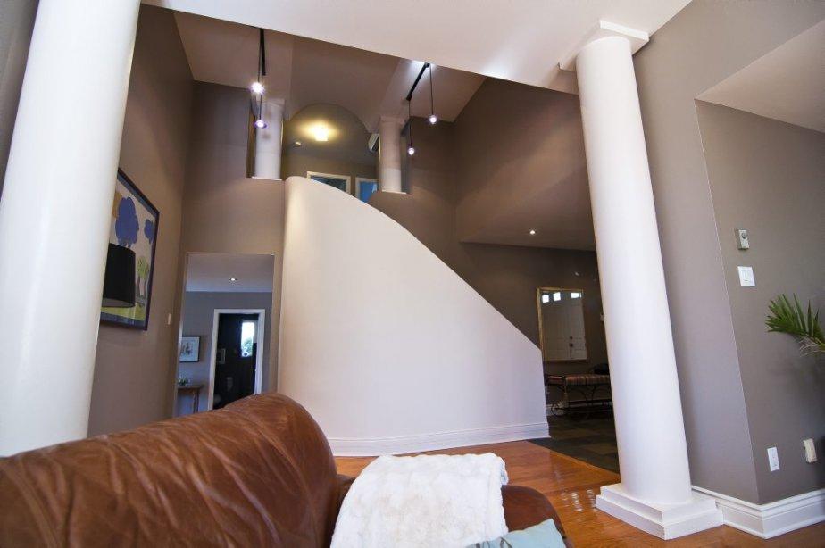 L'escalier forme le point focal du hall. Sa forme arrondie a incité la maîtresse des lieux à remodeler la cuisine tout  en rondeurs... | 7 septembre 2012