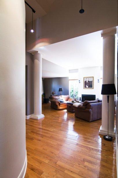 Lignes courbes et colonnes caractérisent l'intérieur de cette maison lavalloise. | 7 septembre 2012