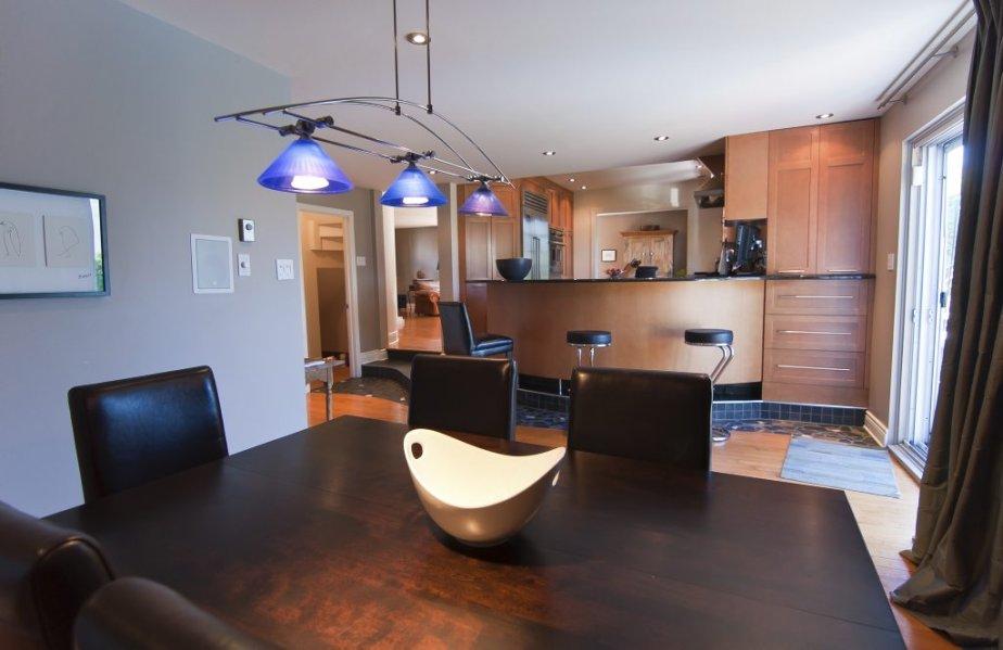 La cuisine est légèrement surélevée par rapport à la salle à manger. La porte-fenêtre à droite s'ouvre sur la terrasse. | 7 septembre 2012